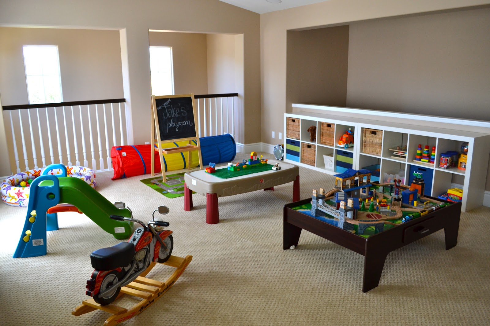 Kids playroom decorating ideas lifestyle tweets for Kid friendly family room design